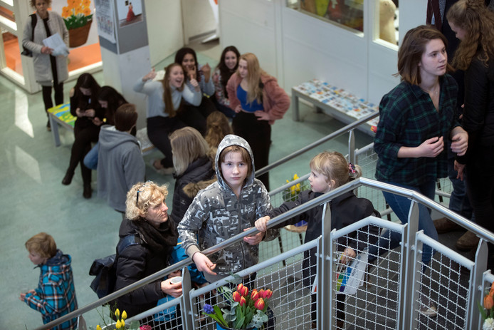 Vele honderden basisscholieren en hun ouders bekijken Pantarijn in Wageningen.