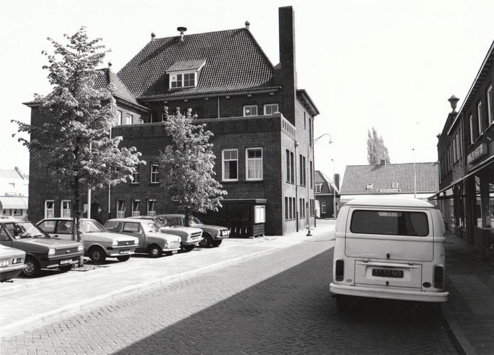 Het heeft er minstens tien jaar over gegaan in Asten. Of er een nieuw gemeentehuis moest komen in het Ploegmakerspark, of dat het oude gemeentehuis aan de Markt moest worden uitgebreid. In de tweede helft van de jaren '80 ging de kogel door de kerk en in '88 kon de uitbreiding aan de achterkant van het raadhuis worden geopend. Voor hen die het vergeten zijn: zo zag dat raadhuis er voorheen uit. Een foto uit 1979.