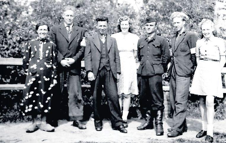 Juni 1945. Twee Georgiërs poseren in Oosterend op Texel waar ze onderge-doken zaten bij Jo Dros (uiterst links) en Lodewijk Bremer (tweede van links, opa van Lodewijk Dros). Beeld www.derussenoorlog.nl