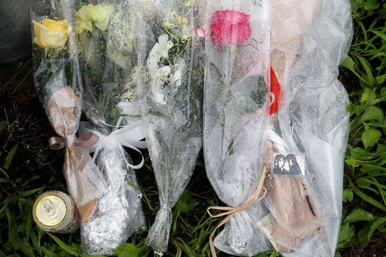 Bloemen en een sleutelhanger  van  'K-On!' (rechtsonder) zijn neergelegd aan de uitgebrande studio.