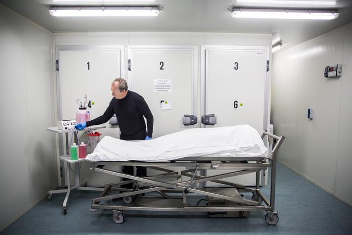 Thanatopracteur Martin Beek vervangt het bloed in de vaten van een overledene voor balsemvloeistof.
