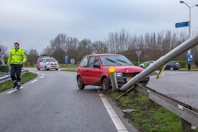 De bestuurster vloog uit de bocht op een rotonde naar de A2.