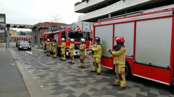 De brandweer applaudisseert voor zorgverleners.