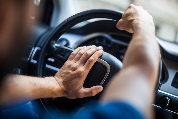 Er zijn vijftien bekeuringen uitgeschreven voor gevaarlijk rijgedrag. De bestuurders claxonneerden er ook driftig op los.