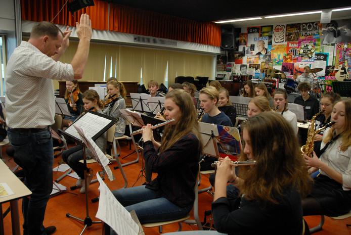 Het coveren van het werk van Ennio Morricone vormt geen enkel probleem voor het scholierenorkest onder leiding van Roger van Straaten