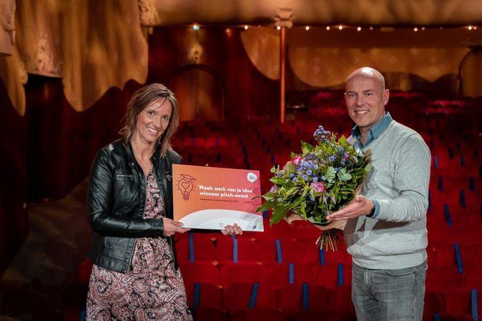 Mirjam van den Hoek en Pieter van Loon werden tijdens het pitch evenement voor sociale ondernemers in de Dordtse schouwburg Kunstmin tot winnaar uitgeroepen.