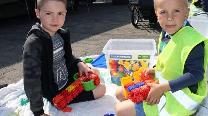 Kinderen van Stekelbees testen nieuw speelgoed op dorpsplein