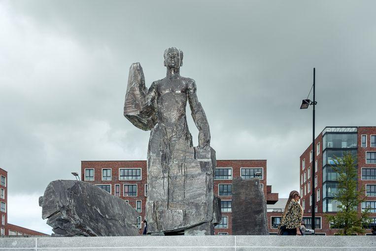 Het beeld van de Surinaamse verzetsheld Anton de Kom op het naar hem vernoemde plein in Zuidoost. Beeld Jakob Van Vliet