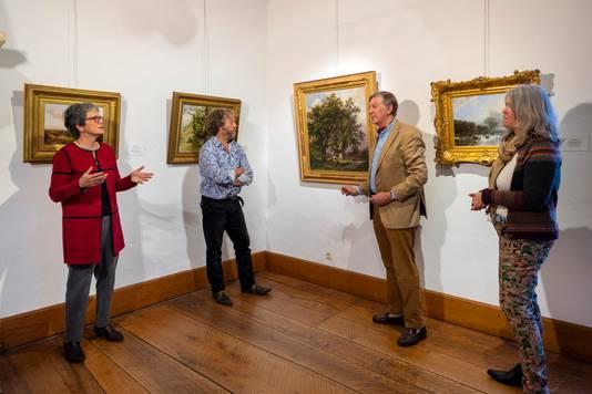Vier betrokkenen van de expositie 'Koekkoek op bezoek'. Van links naar rechts Ursula Geisselbrecht-Capecki (B.C. Koekkoek-Haus), Dick van Veelen (Museum Veluwezoom), Egbert Reinders (Museum Veluwezoom) en Carine van Ketwich Verschuur (Geldersch Landschap & Kasteelen).