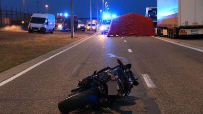VIDEO. 31-jarige motard komt om het leven na val bij inhaalmanoeuvre