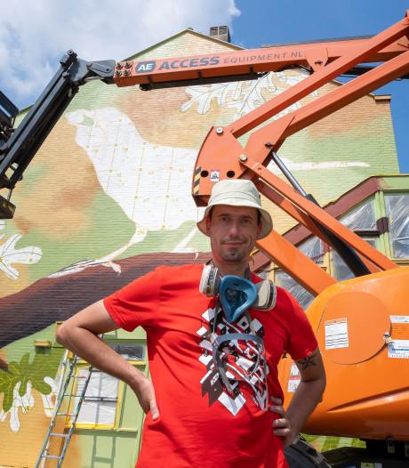 Kunstenaar tovert Waalwijkse gevel om tot kleurrijke natuurwand