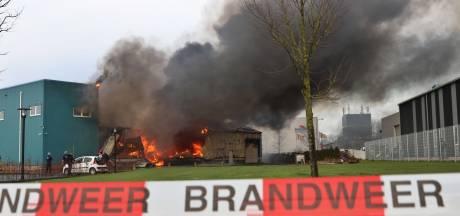 Enorme brand op Urk na uren blussen onder controle