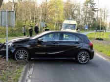 Bestuurder haalt bocht niet en ramt boom in Oosterhout, politie laat gewonde blazen