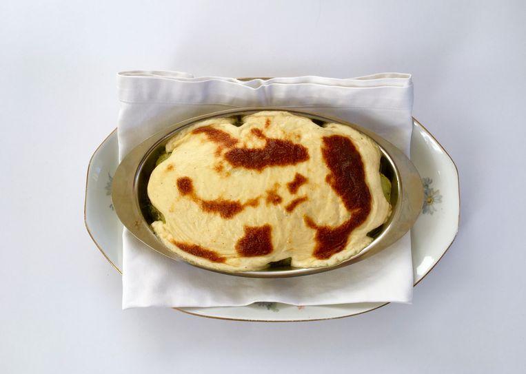Ovenschotel met aardappel en spinazie in bechamelsaus. Beeld Sake Slootweg