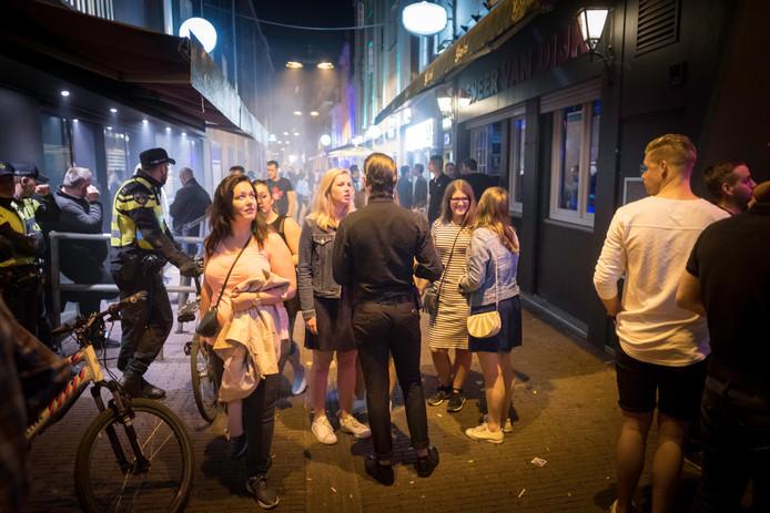 De gemeente wil af van de avond- en nachthoreca in de Varkensstraat in Arnhem. Foto: Erik van 't Hullenaar.