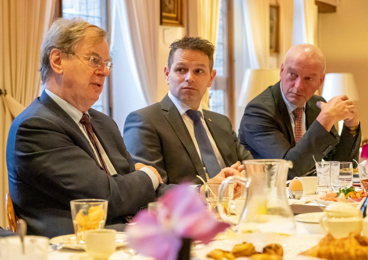 Speciaal adviseur Bernard Wientjes (l) vorige maand in gesprek met gedeputeerde Jo-Annes de Bat en dijkgraaf Toine Poppelaars (r).