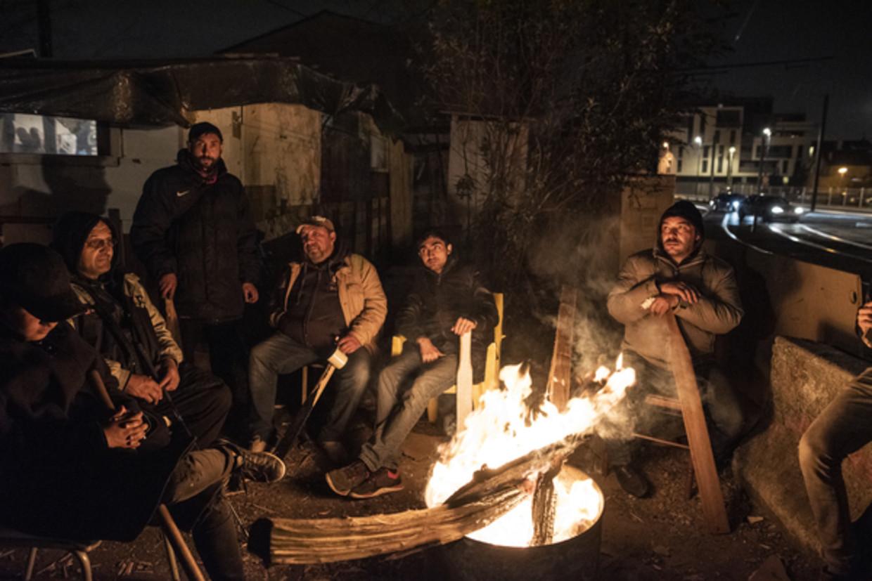 Mannen houden de wacht bij het kamp. Beeld Bart Koetsier