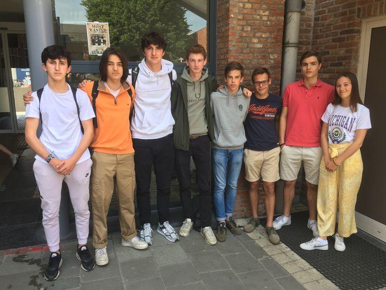 De scholieren die tijdens hun middagpauze in debat gingen met Vlaams Parlementskandidaat Bart Vanmarcke.