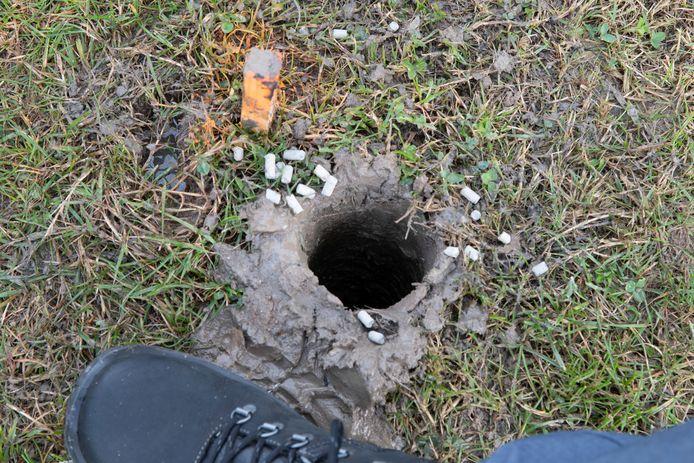 Bij het onderzoek naar aardwarmte wordt een gat van 8 meter diep gegraven. Daar gaat een springlading in. Na ontploffing geven de geluidsgolven een aanwijzing over de aanwezigheid van aardwarmte in de bodem.