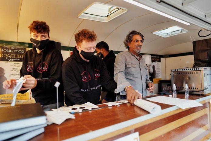 Soenil Bahadoer met zijn personeel in de foodtruck in Nuenen.