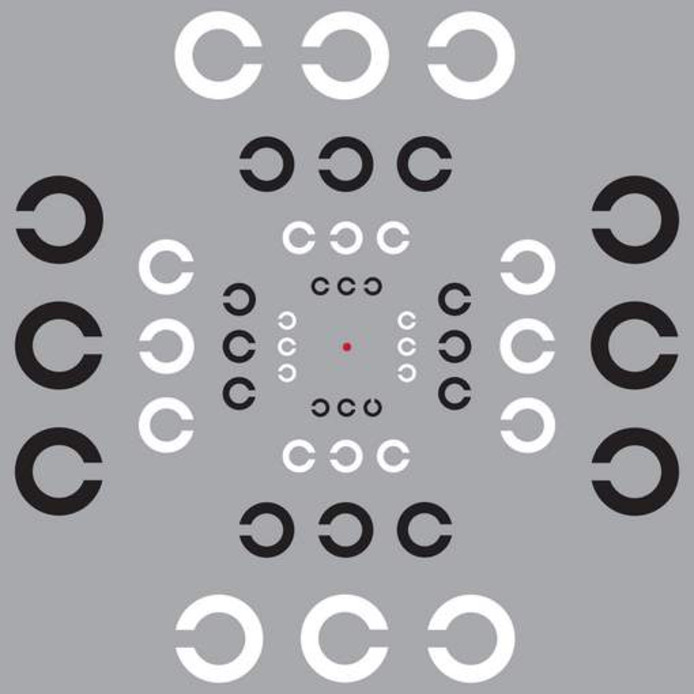 Kijk naar de rode stip in het midden van de tekening en zorg dat die op ooghoogte zit. Hou je focus daar en probeer ondertussen te zien waar de opening van de middelste C is in de trio's: rechts of links. Je zal merken dat je sommige makkelijker ziet dan andere. De meeste mensen vinden het makkelijkst om de onderste C's te zien en die op dezelfde hoogte van de rode stip aan de linker en rechterkant.