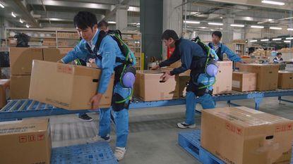 Atlas Copco in Wilrijk rust magazijniers uit met robotpak: 100 kilo tillen wordt makkie