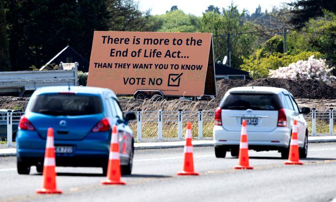 Automobilisten in het Nieuw-Zeelandse Christchurch passeren een billboard met daarop de boodschap om tegen de voorgestelde euthanasiewet te stemmen.