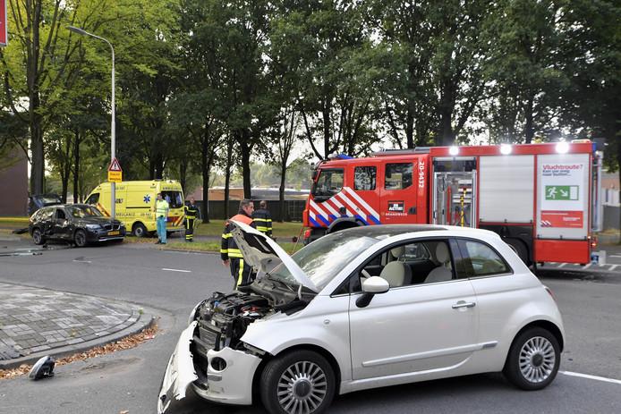 De brandweer moest de bestuurder uit de achterste auto bevrijden.