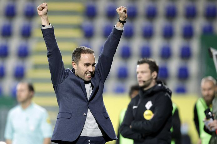 Fortuna Sittard-coach Sjors Ultee viert de overwinning na het duel met  RKC Waalwijk.