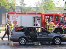 Auto volledig uitgebrand op parkeerplaats Apeldoorn
