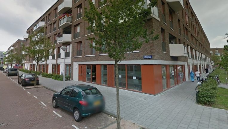 In het pand op de hoek van de Derkinderenstraat en de Theodoor van Hoytemastraat raakte vanmiddag een man zwaargewond bij een schietpartij. Beeld Google Streetview