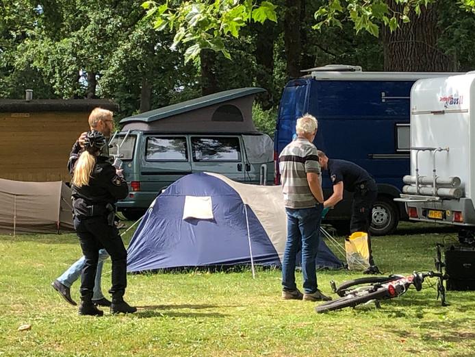 Onderzoek bij een tent op de stadscamping in Deventer.