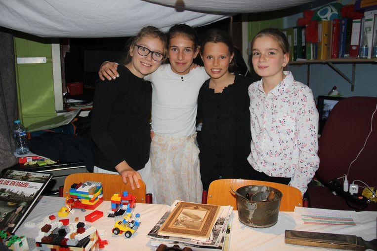 De leerlingen zijn trots op hun tentoonstelling.