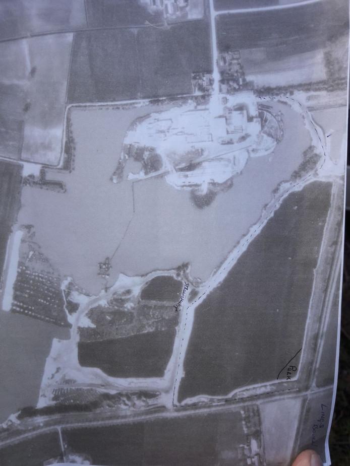Luchtfoto van zandafgraving De Brink in 1964.  De stippellijn is de weg waarop vroeger gereden kon worden. Nu is dat allemaal water. Geldt ook voor gebied rechts van stippellijn.