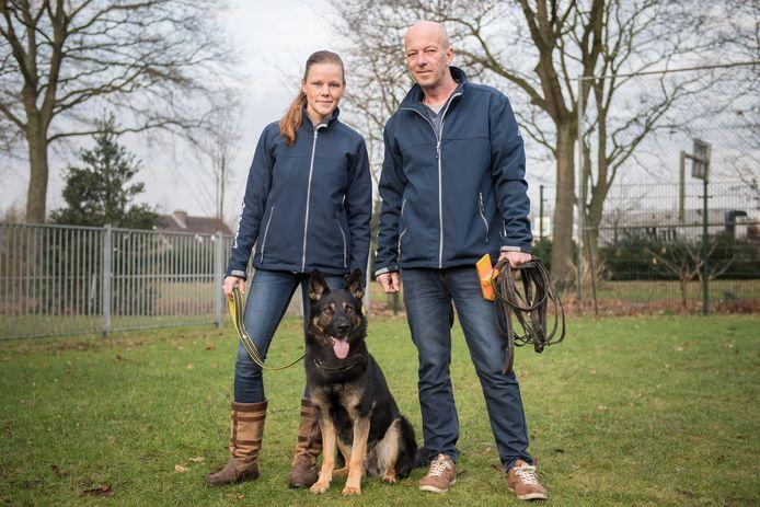 OLDENZAAL - Astrid en Jan de Vries reden heel Nederland door om met hun speurhond Chaos vermiste honden op te sporen. Zij deden dit vrijwillig en hebben zelf hun hond getraind.