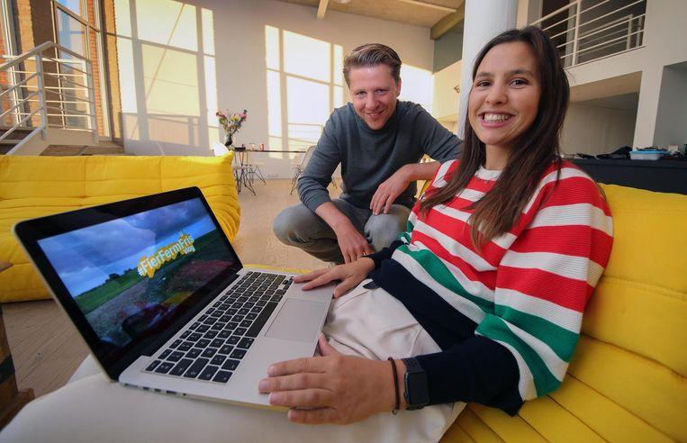 De vriendin van kandidaat-burgemeester Axel Ronse (37), grafisch vormgever Hélène Marécaux (28), monteert de filmpjes die N-VA het grootste online bereik van alle partijen geven.