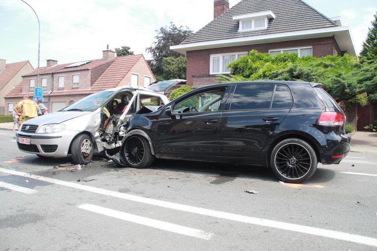 De bestuurder van de Fiat wilde rechtsomkeer maken en werd in de flank gegrepen door een aankomende wagen.