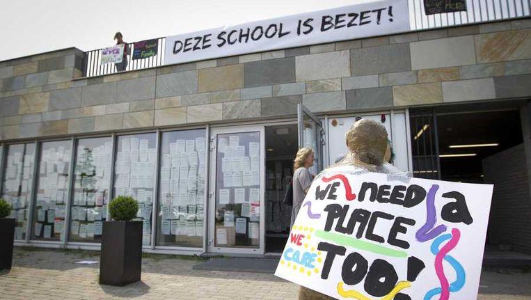 Leerlingen en ouders bezetten de school in Almere. Beeld anp