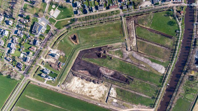 Aan de rand van Scheerwolde is tussen de Scheerwolderweg (links) en het Steenwijkerdiep (rechts) is een begin gemaakt met het bouwrijp maken van het gebied waar dertig vrijstaande villa's worden gebouwd.