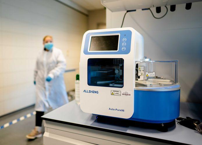 Medewerkers van Eurofins zijn druk bezig met het inrichten van het grootste testlaboratorium van Nederland.