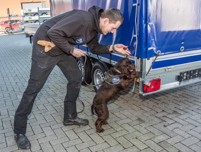 Wesley met zijn hond Bailey, die als enige hond in de wereld apen kan opsporen.