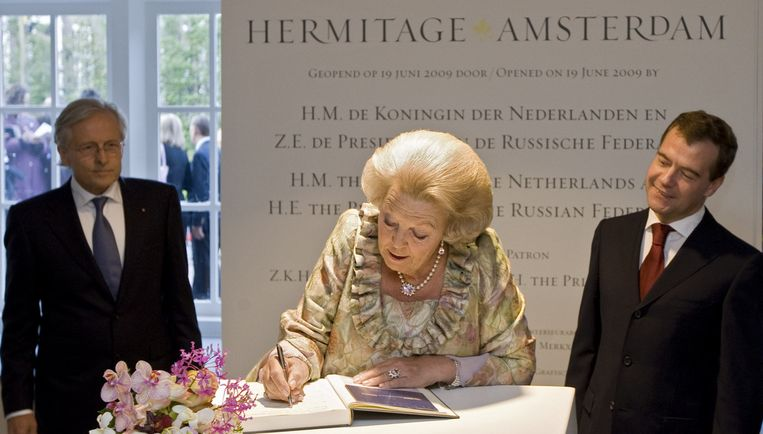 Koningin Beatrix tekent vrijdagavond het gastenboek bij de opening van museum de Hermitage in Amsterdam, met de Russische president Medvedev (R) en directeur van de Hermitage Amsterdam Ernst Veen (L). Foto ANP Beeld