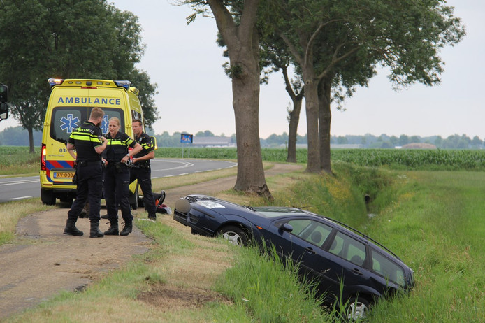 De auto belandde met de achterzijde in de sloot.