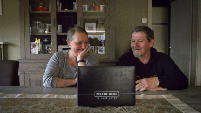 Martin Heylen ging in 'Zelfde deur, 20 jaar later' opnieuw langs bij Roger Annys. Hier zien Roger en zijn vrouw Martine het filmpje dat opgenomen werd in 2000 terug.