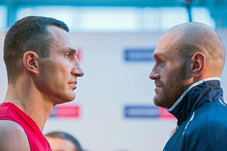 Klitschko en Fury (rechts) tijdens de face-off in aanloop naar het gevecht op 28 november 2015, waarin Fury Klitschko versloeg. Beeld anp