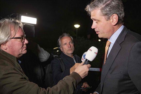 Burgemeester Wouter Kolff staat de pers te woord.