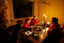 Eten bij kaarslicht en spelletjes doen in Zaltbommel tijdens de stroomstoring in 2007.