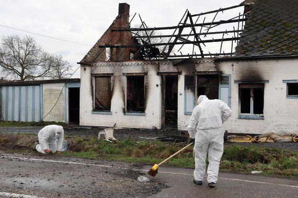 Een gespecialiseerde firma ruimt de asbestleien aan het getroffen huis aan de Kiezel op.