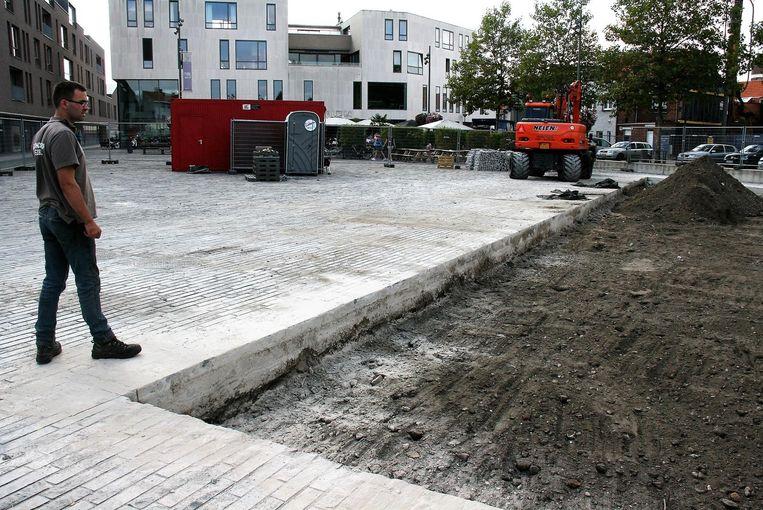 Een groot gedeelte van het Dorpsplein is opgebroken voor de aanleg van de fontein.