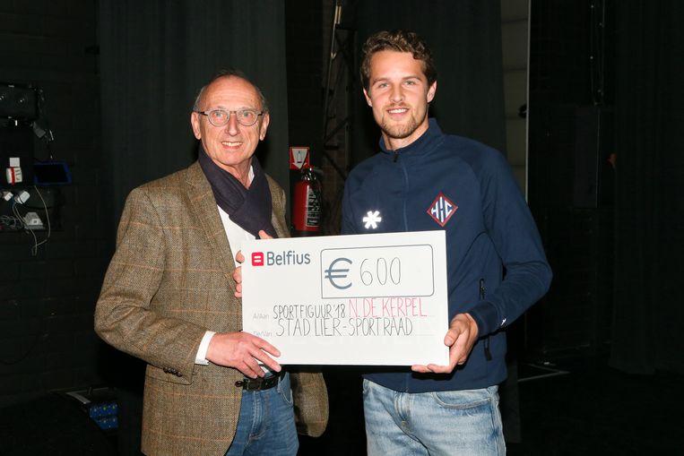 Hockeyer Nicolas De Kerpel kreeg de trofee van Liers sportman van het jaar van burgemeester Frank Boogaerts.